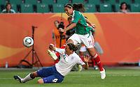 Wolfsburg , 270611 , FIFA / Frauen Weltmeisterschaft 2011 / Womens Worldcup 2011 , Gruppe B  ,  .England - Mexico .Casey Stoney (England) gegen Nayeli Rangel (Mexico) .Foto:Karina Hessland .
