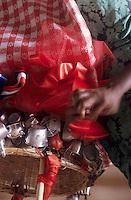 Europe/France/DOM/Antilles/Petites Antilles/Guadeloupe/Pointe-à-Pitre : Stéphanie Plocoste décore les paniers pour la fête des cuisinières chez Monique Vulgaire