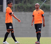 ENVIGADO -COLOMBIA-10-01-2014. Oscar Rodas (Izq) y  Neider Morantes (Der) jugadores de Envigado dialogan previo al partido amistoso con Once Caldas en la pretemporada de la Liga Postobón I 2014 realizado en el Polideportivo Sur de la ciudad de Envigado./ Oscar Rodas (L) y Neider Morantes (R) players of Envigado dialogue prior a friendly match against Once Caldas on  preseason of the Postobon League I 2014 at Polideportivo Sur in Envigado city.  Photo: VizzorImage/Luis Ríos/STR
