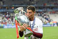 FUSSBALL EURO 2016 FINALE IN PARIS  Portugal - Frankreich          10.07.2016 Cristiano Ronaldo (Portugal) kuesst den dem EM Pokal