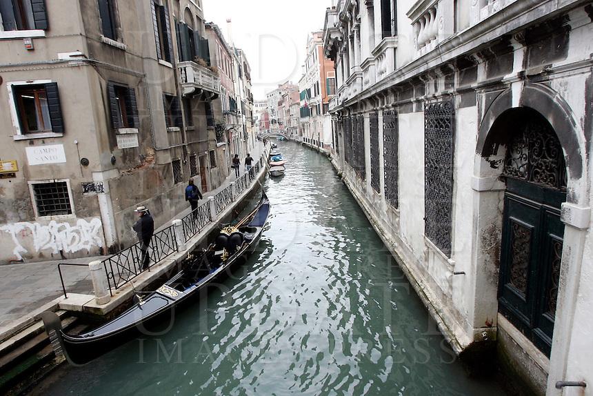 Una gondola lungo un canale nel sestiere di Castello.<br /> A gondola along a canal at the sestiere of Castello, Venice.<br /> UPDATE IMAGES PRESS/Riccardo De Luca