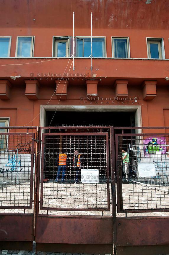 Roma 18 Ottobre 2011.Edificio  dell'ex Ente Cellulosa di Via Salaria 971, adibito dal Comune di Roma  a Centro di Accoglienza previsto nel Piano Nomadi, e ospita circa 350 persone di etnia rom. L'ingresso