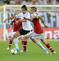 FUSSBALL  EUROPAMEISTERSCHAFT 2012   VORRUNDE Daenemark - Deutschland       17.06.2012 Sami Khedira (li, Deutschland) gegen Daniel Agger (re, Daenemark)