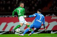 FUSSBALL   1. BUNDESLIGA   SAISON 2011/2012   23. SPIELTAG SV Werder Bremen - 1. FC Nuernberg                   25.02.2012 Marko Arnautovic (li, SV Werder Bremen)  scheitert an Torwart Raphael Schaefer (re, 1. FC Nuernberg)