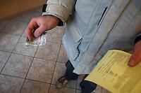 Lombard JANTAR w Radomiu - klient, pan Piotr, z podpisana umowa i pieniedzmi, po zastawieniu telefonu komorkowego...12/02/2009..Fot: Piotr Malecki