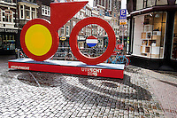 In Utrecht onthullen burgemeester Jan van Zanen, wethouder Jeroen Kreijkamp en ASO-directeur Christian Prudhomme een enorme fiets. De tourfiets is het beeldmerk van de start van de Tour de France in Utrecht in 2015. Met de onthulling wordt de eerste stap gezet naar de feestelijkheden van Le Tour Utrecht. De Grand Velo, zoals het beeld heet, is volledig van staal en is 6 meter breed, 1,20 meter diep en 3,50 meter hoog.<br /> <br /> A huge bike stands on a square in the center of Utrecht. The bike is the symbol of the start of the Tour de France in Utrecht in 2015 and marks the start of the celebrations of Le Tour Utrecht. The Grand Velo, as the statue is called, is entirely made of steel and is 6 meters wide, 1.20 meters deep and 3.50 meters high.