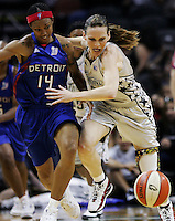 San Antonio's Erin Buescher (7) and Detroit's Deanna Nolan (14) race for the ball during Game 2 of the WNBA Championship Finals between the Detroit Shock and the San Antonio Silver Stars, Oct. 3, 2008, at the AT&T Center in San Antonio. Detroit won 69 - 61 to go up 2 - 0 in the five-game series. (Darren Abate/pressphotointl.com)