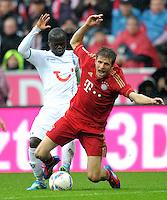 FUSSBALL   1. BUNDESLIGA  SAISON 2011/2012   27. Spieltag FC Bayern Muenchen - Hannover 96       24.03.2012 Didier Ya Konan (li, Hannover 96)  gegen Thomas Mueller (FC Bayern Muenchen)