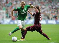 FUSSBALL   1. BUNDESLIGA   SAISON 2011/2012    1. SPIELTAG SV Werder Bremen - 1. FC Kaiserslautern             06.08.2011 Aaron HUNT (li, Bremen) gegen Thanos PETSOS (re, Kaiserslautern)