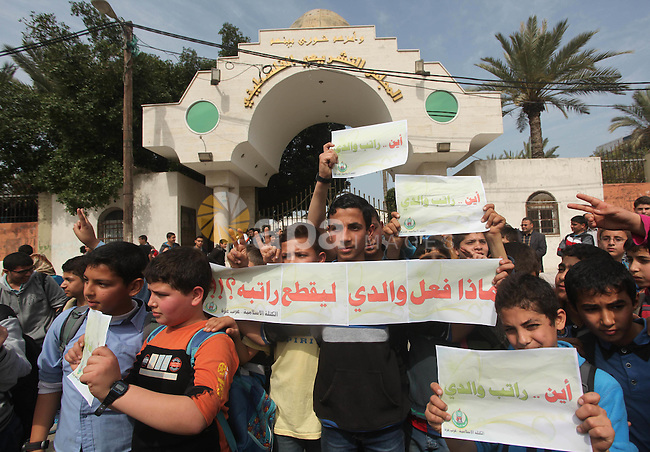 Palestinian employees of former Palestinian government take part a protest demanding their salaries to be paid, in front of the Legislative Council in Gaza city on March 10, 2015. Some 40,000 civil servants employed by the Hamas government stopped receiving salaries soon after the formation of the Palestinian unity government in June. Photo by Ashraf Amra