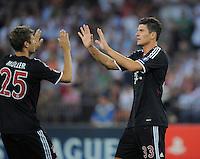 FUSSBALL   CHAMPIONS LEAGUE   SAISON 2011/2012  Qualifikation  23.08.2011 FC Zuerich - FC Bayern Muenchen JUBEL Mario Gomez (li, FC Bayern Muenchen) nach seinem Tor zum 0-1 kltascht Thomas Mueller (FC Bayern Muenchen)  ab