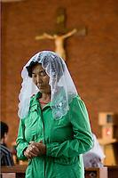 Une fidèle chinoise d'origine coréenne se recueille après avoir reçu la communion à la messe du dimanche matin à l'église catholique de Yanji, à Yanji, province de Jilin, en Chine, le 6 septembre 2009. Photo par Lucas Schifres/Pictobank