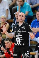 Trainer Stefan Madsen (HCL) gibt Anweisungen