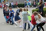 Foto: VidiPhoto<br /> <br /> OCHTEN - Toch nog Koningsdag. Hoewel het weer nog steeds niet veel beter is dan op Koningsdag, werden in het Betuwse Ochten woensdag alsnog de uitgestelde Koningsspelen gehouden. Zaklopen, kruiwagenrace, touwtrekken en nog zeventien andere spellen, vormden het activiteitendecor voor de 400 leerlingen van de Rehobothschool SBO en ZML en de Sebaschool voor basisonderwijs. Vanwege het natte en koude weer op 28 april werden de Koningsspelen afgelast tot nader orde. En omdat de weersvoorspellingen ook voor de komende week weinig positief zijn en de vakantie nadert, werd woensdag besloten om de festiviteiten niet verder uit te stellen. Met af en toe een kleine regenbui maar aanmerkelijk hogere temperaturen dan tijdens Koningsdag, kwamen de schoolkinderen alsnog aan hun trekken.