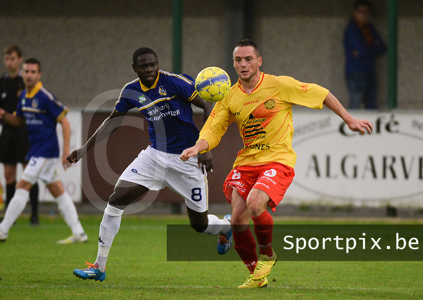 OMS Ingelmunster - Sportkring Sint-Niklaas : Aurelien Lecaillier (rechts) aan de bal voor Michel Sambou (l) <br /> foto VDB / BART VANDENBROUCKE