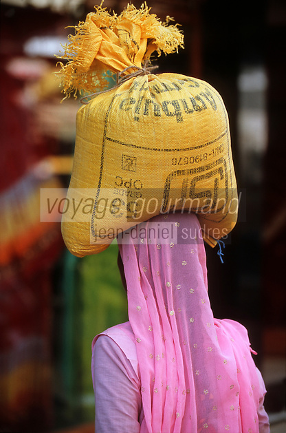 Asie/Inde/Rajasthan/Udaipur: Marché Mandi Femme indienne rentrant du marché