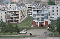 Erdenet, città mineraria a nord della Mongolia, edifici di origine sovietica Sede della Erdenet Mining Company Cavaliere per le vie della città