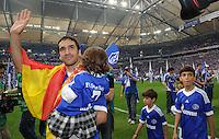 FUSSBALL   1. BUNDESLIGA   SAISON 2011/2012   33. SPIELTAG FC Schalke 04 - Hertha BSC Berlin                         28.04.2012 Raul (FC Schalke 04) verabschiedet sich mit seinen Kindern von den Schalker Fans
