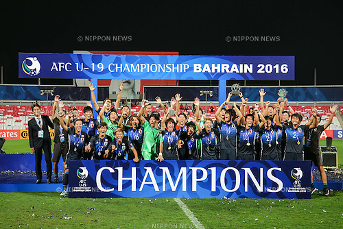 Japan team group (JPN), OCTOBER 30, 2016 - Football / Soccer : Japan players celebrate with the trophy after winning the AFC U-19 Championship Bahrain 2016 Final match between Japan 0(5-3)0 Saudi Arabia at Bahrain National Stadium in Riffa, Bahrain. (Photo by AFLO)