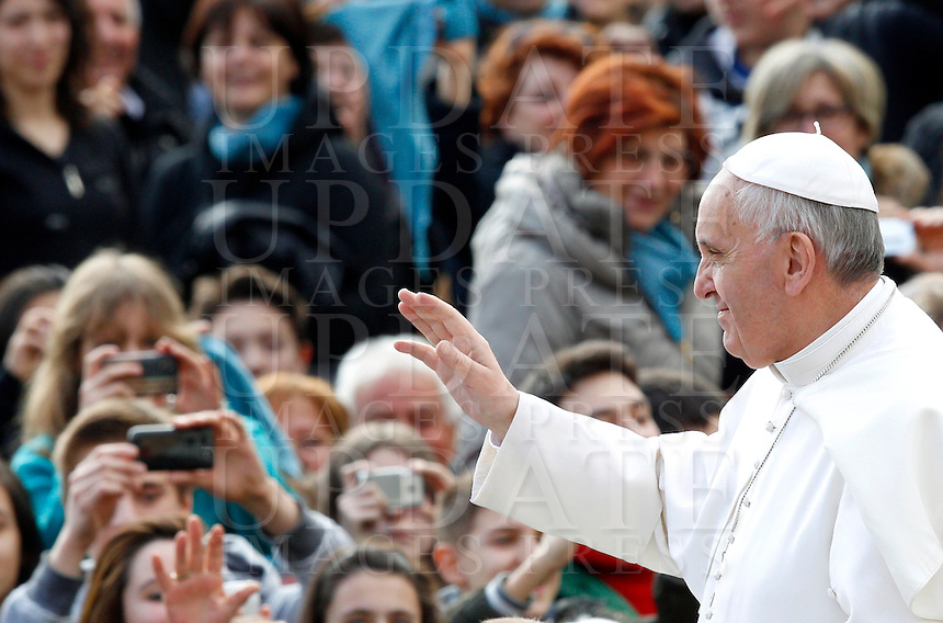 Papa Francesco saluta i fedeli al suo arrivo all'udienza generale del mercoledi' in Piazza San Pietro, Citta' del Vaticano, 3 aprile 2013..Pope Francis waves to faithful as he arrives for his weekly general audience in St. Peter's square at the Vatican, 3 April 2013..UPDATE IMAGES PRESS/Riccardo De Luca..STRICTLY ONLY FOR EDITORIAL USE