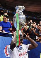 FUSSBALL EURO 2016 FINALE IN PARIS  Portugal - Frankreich          10.07.2016 JUBEL; Eder (Portugal) mit dem EM Pokal
