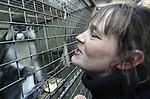Foto: VidiPhoto<br /> <br /> BARNEVELD - Verzorgers Dick Venema en zijn dochter Anita (foto) nemen maandag afscheid van hun apen. Dinsdag komen medewerkers van de stichting AAP uit Almere de laatste acht apen van de Apenhof in Barneveld ophalen. Dat gebeurt nadat de Nederlandse Voedsel- en Warenautoriteit (NVWA) de verblijven vorig afkeurde. Volgens inspecteurs van de NVWA voldoen de verblijven van de dieren niet aan de eisen van deze tijd. Dick en Anita vragen zich echter af hoe het dan mogelijk is dat hun dieren ouder worden dan de apen in de Nederlandse dierentuinen. Volgens hen is er sprake van een 'opzetje' tussen NVWA en de stichting AAP. De Apenhof bestaat al 40 jaar. Jarenlang zorgde diezelfde overheid er voor dat in beslag genomen apen bij de Apenhof terecht kwamen.