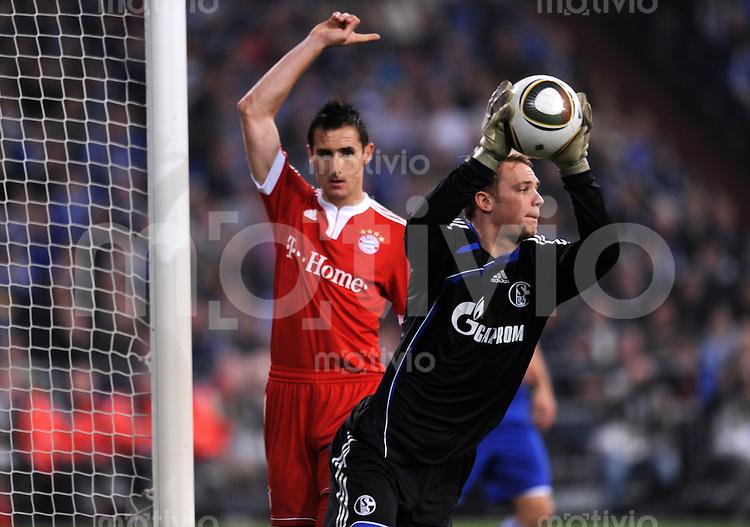 FUSSBALL   DFB POKAL   SAISON 2009/2010  HALBFINALE FC Schalke 04 - FC Bayern Muenchen                24.03.2010 Miroslav Klose (li, FCB) gegen Torwart Manuel Neuer (re, Schalke)