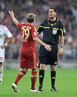 FUSSBALL   1. BUNDESLIGA  SAISON 2011/2012   7. Spieltag FC Bayern Muenchen - Bayer 04 Leverkusen          24.09.2011 Toni Kroos (FC Bayern Muenchen) mit Schiedsrichter Manuel Graefe