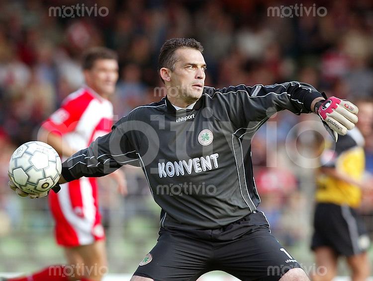 Fussball / 2. Bundesliga Saison 2002/2003  Torwart Oliver Adler beim Abwurf Rot-Weiss Oberhausen