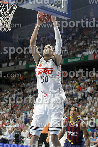 21.06.2015, Palacio de los Deportes, Madrid, ESP, Liga Endesa, Real Madrid vs Barcelona, Finale, 2. Spiel, im Bild Real Madrid's Salah Mejri (l) and FC Barcelona's Edwin Jackson // during the second match of Liga Endesa final's between Real Madrid vs Barcelona at the Palacio de los Deportes in Madrid, Spain on 2015/06/21. EXPA Pictures &copy; 2015, PhotoCredit: EXPA/ Alterphotos/ Acero<br /> <br /> *****ATTENTION - OUT of ESP, SUI*****