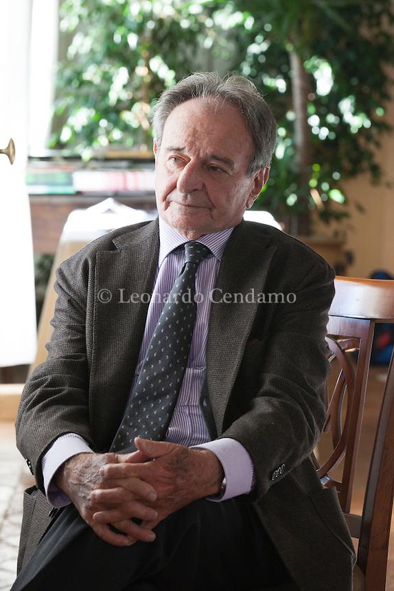 Emilio Jona è nato a Biella nel 1927. Ha scritto canzoni, libretti d'opera, testi teatrali, poesie (La cattura dello splendore è stato finalista al premio Viareggio e al premio Catanzaro 1998), raccolte di racconti e romanzi. Il Germoglio, Premio Bottari Lattes Grinzane ottobre 2016. © Leonardo Cendamo