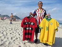 FUSSBALL WM 2014  11.06.2014 Ein Strandverkaeufer bietet Trikots der brasilianischen Nationalmannschaft (re) und von Flamengo Rio de Janeiro am Stand der Copacabana an