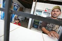 Sasabe Confine Arizona Messico bambino guarda il padre in un negozio di birra<br /> Sasabe Arizona Mexico Border child watching his father in a beer shop