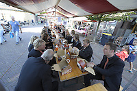ALGEMEEN: JOURE: 23-09-2016, Jouster Merke, feestelijke brunch ter ere van het 550 jarig jubileum, zo'n 1000 bezoekers schoven aan om te eten in de Midstraat waar een lange dis met kraampjes waren neergezet, ©foto Martin de Jong
