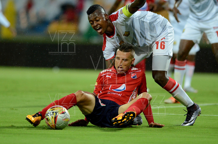 MEDELLIN - COLOMBIA -24 -04-2016: John Hernandez (Izq.) jugador de Deportivo Independiente Medellin disputa el balón con Hanyer Mosquera (Der.) jugador de Rionegro Aguilas, durante partido entre Deportivo Independiente Medellin y Rionegro Aguilas, por la fecha 14 de la Liga Aguila I 2016, en el estadio Atanasio Girardot de la ciudad de Medellin. / John Hernandez (L) player of Deportivo Independiente Medellin fights for the ball with Hanyer Mosquera (R) player of Rionegro Aguilas, during a match between Deportivo Independiente Medellin and Rionegro Aguilas, for the date 14 of the Liga Aguila 1I 2016 at the Atanasio Girardot stadium in Medellin city. Photos: VizzorImage  / Leon Monsalve / Cont.