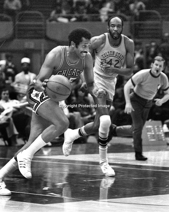 Chicago Bulls Chet Walker and Warriors Nate Thurmond,...(1973 Photo/Ron Riesterer)