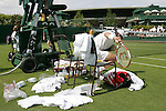 Tennis All England Championships Wimbledon Ordnung ist das halbe Leben: Nicolas Kiefer (GER) in seinem Spiel gegen J. Benneteau.