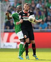 FUSSBALL   1. BUNDESLIGA   SAISON 2013/2014   2. SPIELTAG SV Werder Bremen - FC Augsburg       11.08.2013 Assani Lukimya (li, SV Werder Bremen) gegen Sascha Moelders (re, FC Augsburg)