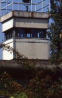 Berlino  settembre 1989 Gli ultimi mesi del muro che divideva Berlino Est e Berlino Ovest , Berlin, September 1989 The last months of the wall that divided East Berlin and West Berlin. Torre di controllo della Germania dell'Est