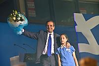Elezioni in Grecia. Atene, manifestazione conclusiva di Nea Democratia in Piazza Sintagma 15 giugno 2012. Antonis Samaras leader del partito sul palco con una bambina e un mazzo di fiori.