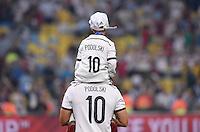 FUSSBALL WM 2014                       FINALE   Deutschland - Argentinien     13.07.2014 DEUTSCHLAND FEIERT DEN WM TITEL: Poldi und Poldi: Lukas Podolski traegt seinen Sohn Louis Gabriel auf den Schultern