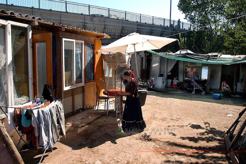Roma 20 Settembre 2007.Campo rom di  Ponte Mammolo abitato da rom romeni .Rome September 20 2007..The Rom's camp Ponte Mammolo inhabited by Romanian Romani