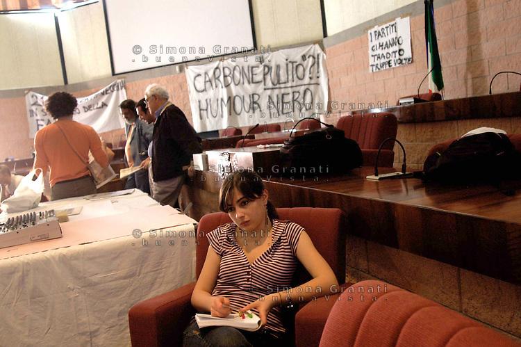 Civitavecchia, 24 Aprile 2007.I comitati no coke contro la riconversione a carbone della centrale elettrica di Civitavecchia, in occupazione permanente della sala consigliare del comune                     .Civitavecchia, April 2007.The committees against the conversion of coal-fired power plant Civitavecchia, occupying the town hall council chamber