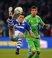 FUSSBALL   1. BUNDESLIGA   SAISON 2011/2012   22. SPIELTAG FC Schalke 04 - VfL Wolfsburg         19.02.2012 Kyriakos Papadopoulos (li, FC Schalke 04) gegen Mario Mandzukic (re, VfL Wolfsburg)