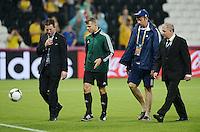 FUSSBALL  EUROPAMEISTERSCHAFT 2012   VORRUNDE Ukraine - Frankreich               15.06.2012 Schiedsrichter Bjoern Kuipers (2.v.l.) tetste die bespielbarkeit des Spielfeldes