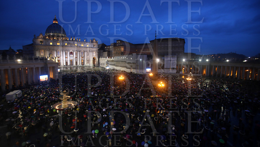 Una panoramica di Piazza San Pietro durante il secondo giorno del Conclave per l'elezione del nuovo Papa della Chiesa Cattolica Romana, Citta' del Vaticano, 13 marzo 2013. .A view of Saint Peter Square during the second day of the Conclave for the election of the new Pope of the Roman Catholic Church, at the Vatican, 13 March 2013..UPDATE IMAGES PRESS/Isabella Bonotto.---STRICTLY EDITORIAL USE ONLY--- -STRICTLY FOR EDITORIAL USE ONLY-