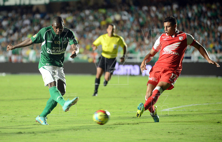 CALI -COLOMBIA, 15-06-2013. Edixon Perea (I) del Deportivo Cali disputa el balón con Juan Daniel Roa (D) Independiente Santa Fe de los cuadrangulares finales F1 de la Liga Postobón 2013-1 jugado en el estadio Pascual Guerrero de la ciudad de Cali./ Edixon Perea (L) of Deportivo Cali fights with the ball with Juan Daniel Roa (R) of Independiente Santa Fe during match of the final quadrangular 1th date of Postobon  League 2013-1 at Pascual Guerrero stadium in Cali city. Photo: VizzorImage/ Juan Carlos Quintero/STR