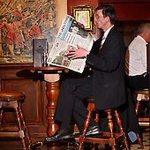 "London, Great Britain, April 2010:.Man reading The Times newspaper during lunchtime at  ""The Shooting Star"" pub at the City..(Photo by Piotr Malecki / Napo Images)..Londyn, Wielka Brytania, Kwiecien 2010:.Mezczyzna czyta gazete w porze lunchu w pubie ""The Shooting Star""  w londynskim City.Fot: Piotr Malecki / Napo Images"