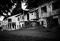Turquie 1998.Les maisons abandonnées de Kirmizikopru, dans le Dersim.Turkey 1998.Neglected houses of Kirmizikopru in Dersim