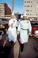 Nashville, TN - December 7, 1980  <br /> The Ku Klux Klan makes an attempt to participate in the Christmas parade of Nashville. The Klan encountered heavy police presence including a S.W.A.T. team which successfully prevented the group from joining the festivities. <br /> Nashville, Tennessee. 7 d&eacute;cembre 1980.  <br /> C'est la parade de No&euml;l de la ville, le Ku Klux Klan a envoy&eacute; une d&eacute;l&eacute;gation avec des pancartes montrant leurs slogans racistes habituels mais ils se heurtent &agrave; des contre-manifestants et &agrave; des agents du FBI qui les refoulent en leur interdisent de d&eacute;filer.